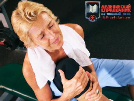 Женщина держится за больное колено