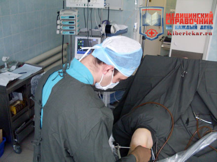 Врач делает операцию на коленном суставе методом артроскопии