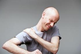 Мужчина испытывает боль в плече при артрозе сустава