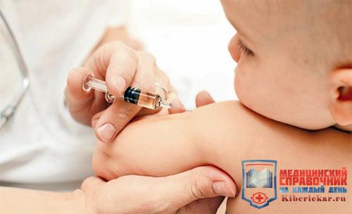 Ребенку ставят укол от гепатита