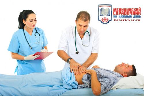 Доктор определяет у больного вид гастрита надавливая на его живот