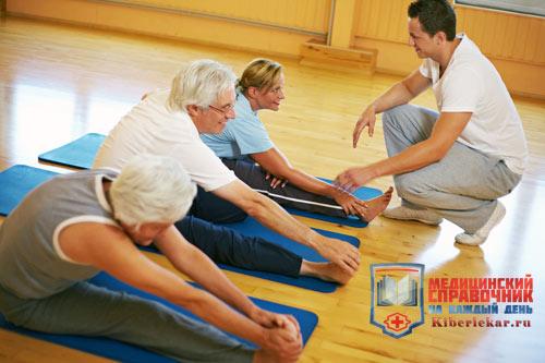 Тренер показывает упражнения при остеохондрозе шейного отдела