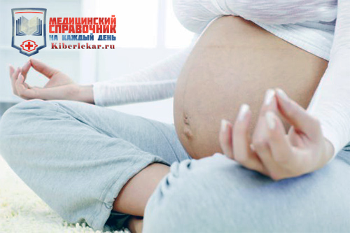 Беременная женщина занимается йогой в надежде, что у нее не будет гипертонуса матки
